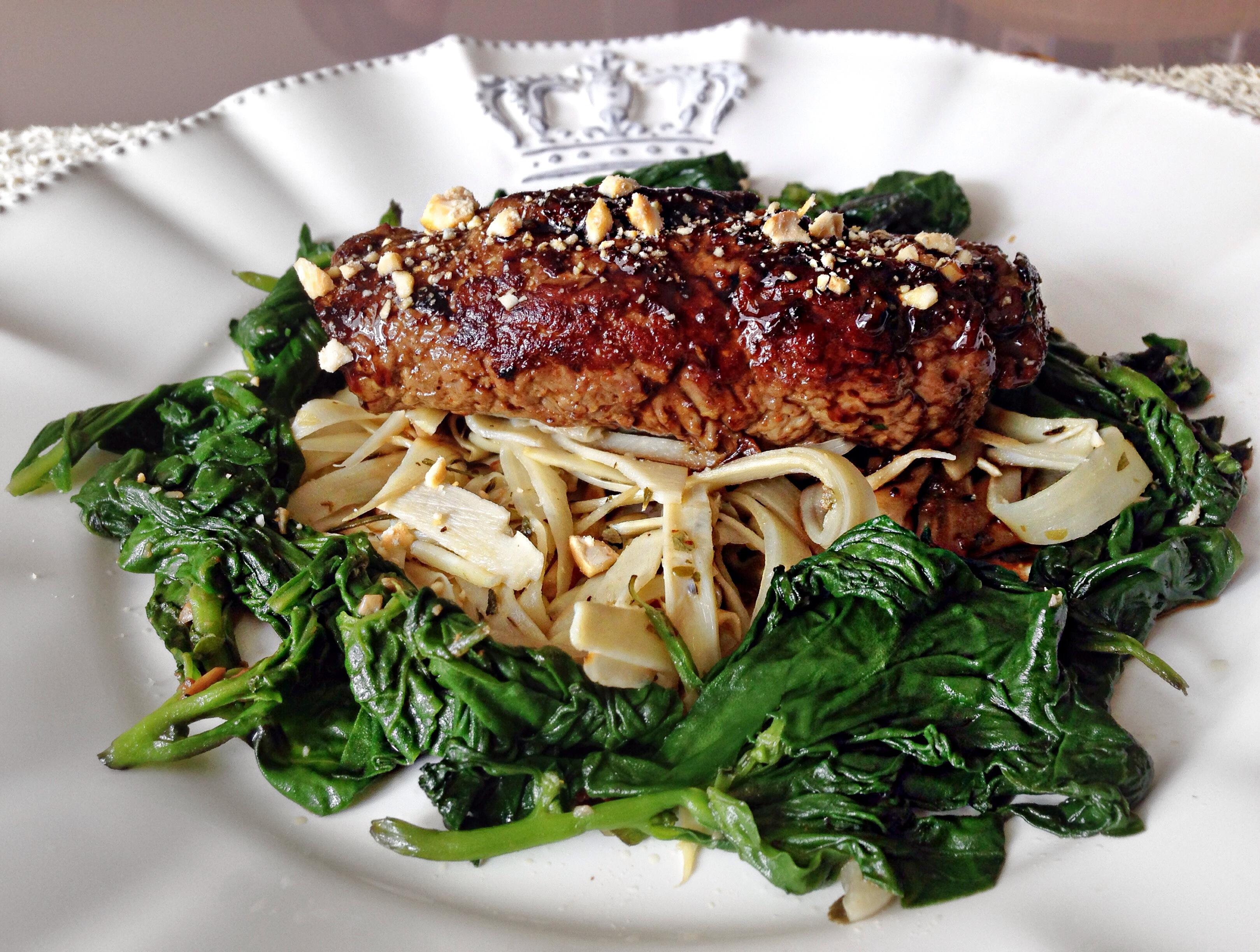 Rolinho de carne com espinafre e molho agridoce.