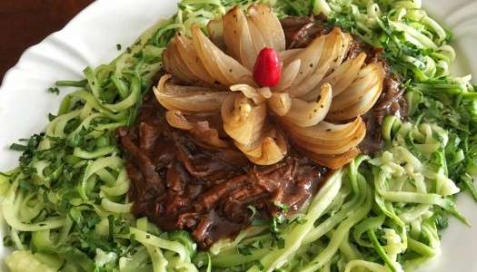 Espaguete de abobrinha com ragu de carne