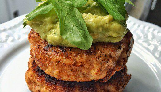 Hambúrguer de salmão com maionese de abacate Low Carb